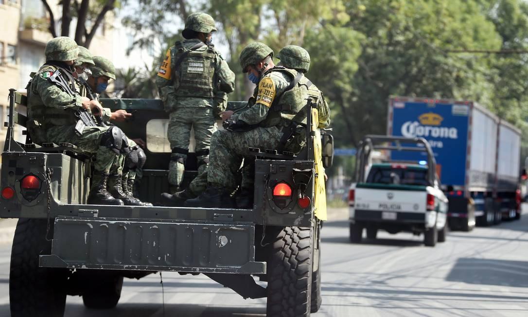 Militares fazem patrulha nas ruas da Cidade do México Foto: ALFREDO ESTRELLA / AFP