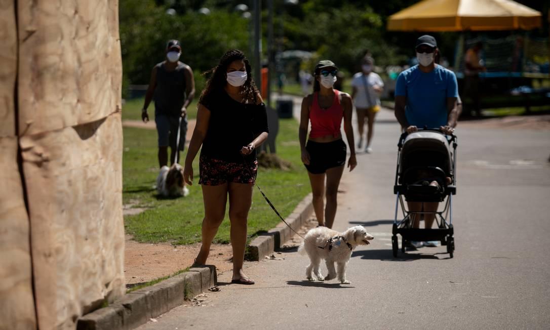 No primeiro dia de uso obrigatório de máscaras, cariocas caminham na Lagoa Rodrigo de Freitas usando item de proteção Foto: Brenno Carvalho / Agência O Globo