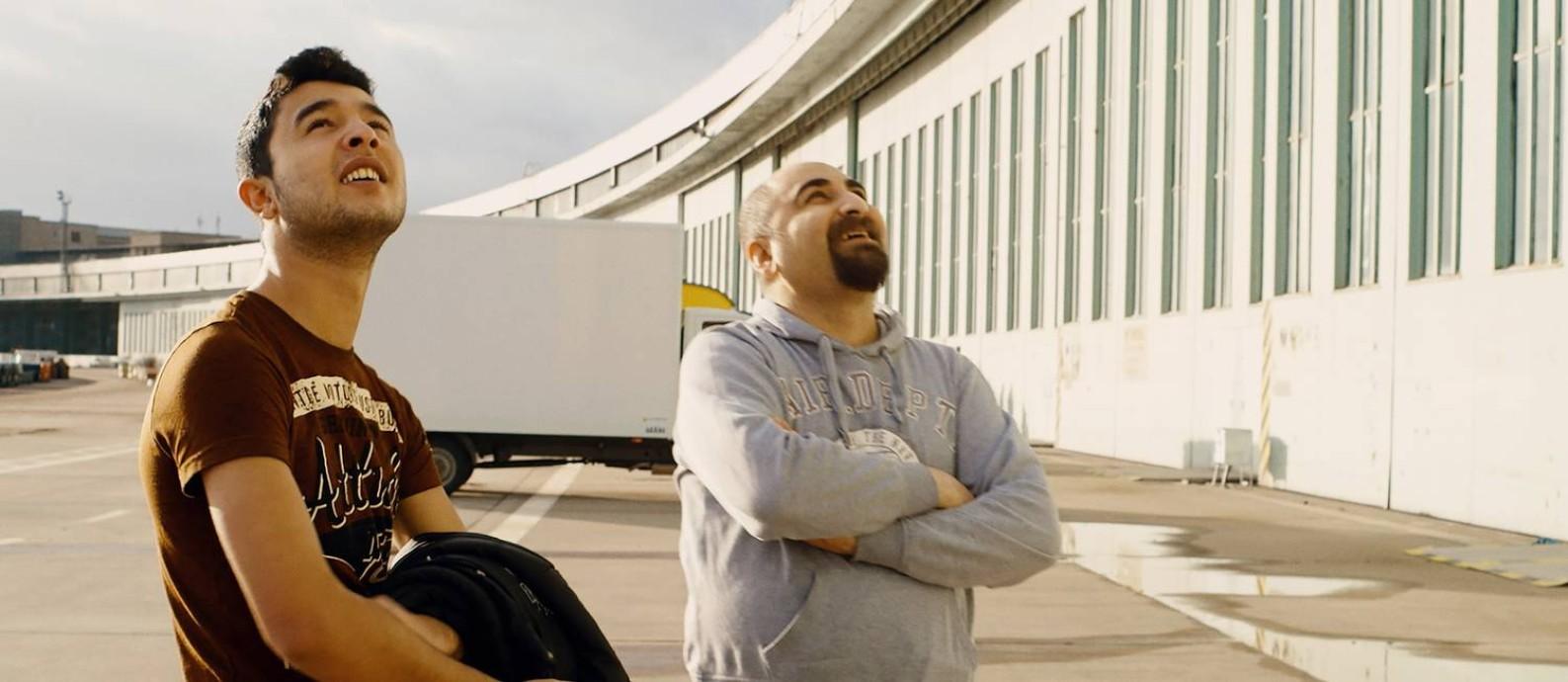 O estudante sírio Ibrahim Al Hussein e o fisioterapeuta iraquiano Qutaiba Nafea protagonizam o documentário 'Aeroporto central' Foto: Divulgação
