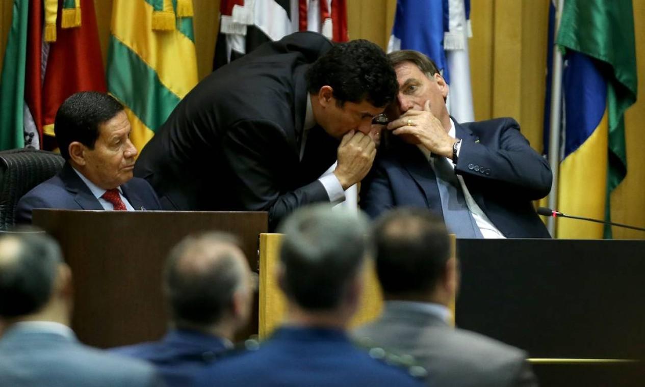 Moro e Bolsonaro conversam durante cerimônia de posse dos novos dirigentes do Tribunal Superior do Trabalho e do Conselho Superior da Justiça do Trabalho Foto: Jorge William / Agência O Globo - 19/02/2020