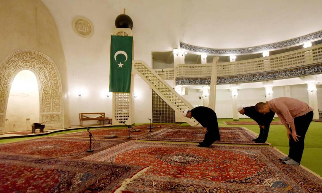O imã Azil Alili (esquerda) de Zagreb lidera uma oração com outros fiéis em uma mesquita vazia no início do mês sagrado muçulmano do Ramadã Foto: DENIS LOVROVIC / AFP/23-03-2020
