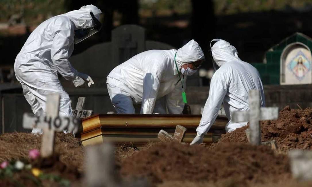 Vítima de Covid-19 é sepultada em cemitério do Rio Foto: Fábio Motta / Agência O Globo