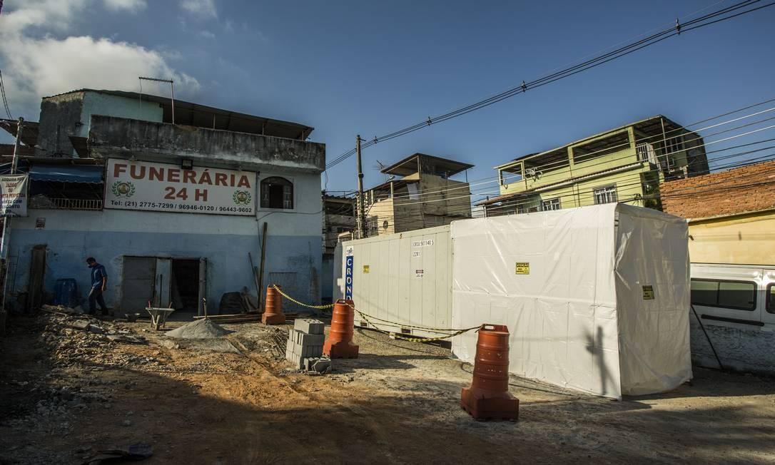 Câmara frigorífica está instalada ao lado do IML de Caxias para preservar corpos de vítimas do coronavírus Foto: Guito Moreto / Agência O Globo