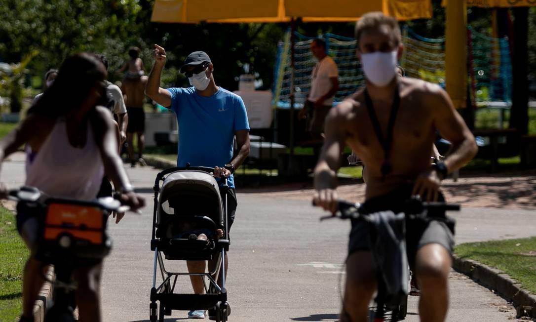 No primeiro dia de uso obrigatório da máscara na cidade, pessoas na Lagoa Rodrigo de Freitas estavam com o equipamento Foto: Brenno Carvalho / Agência O Globo