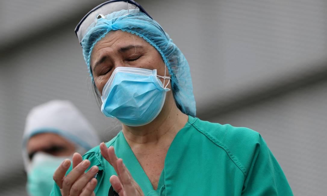 Funcionários do Hospital Geral de Segovia fazem homenagem à funcionária do hospital Marisol Sacristán, que morreu de Covid-19 Foto: SUSANA VERA / REUTERS/23-04-2020