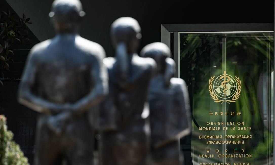 Estátuas diante do prédio da Organização Mundial de Saúde, que lança, em conjunto com líderes mundiais, iniciativa global contra Covid-19 Foto: FABRICE COFFRINI / AFP
