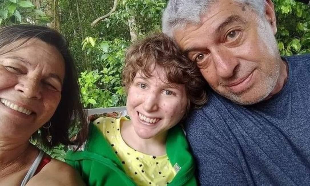 Carola junto com os pais: rotina da família era totalmente adaptada aos cuidados da filha mais velha Foto: Reprodução