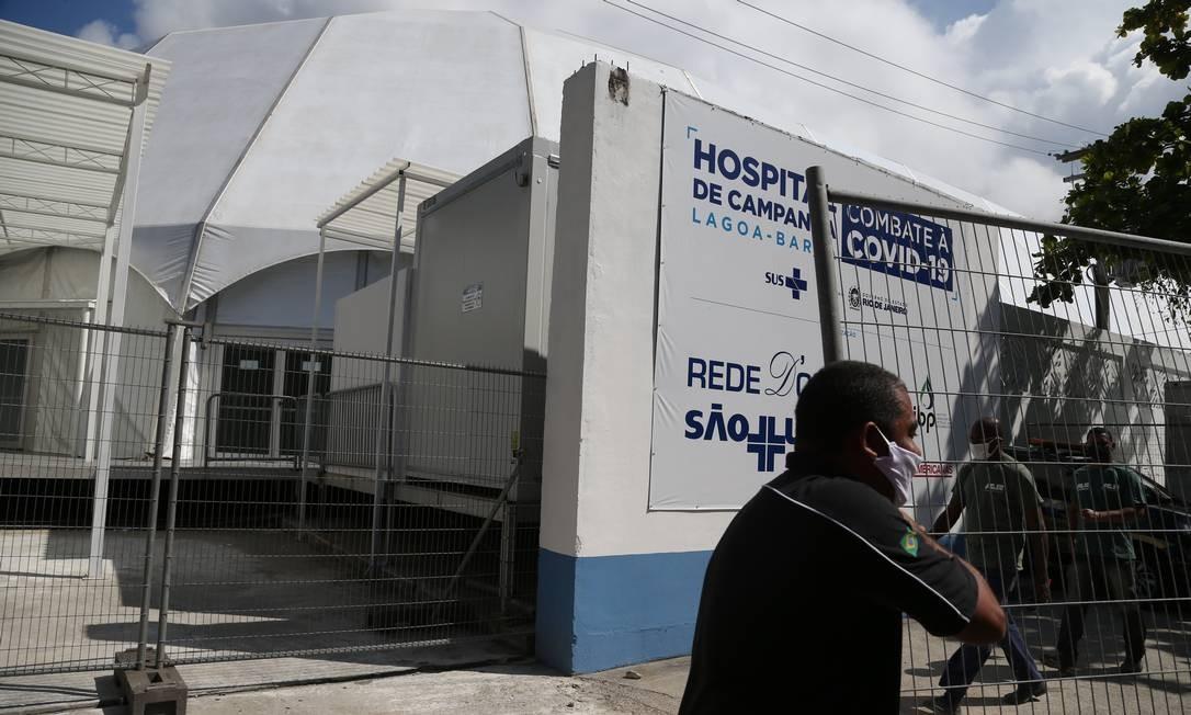 Funcionários aceleram montagem do hospital de campanha no Leblon, que será inaugurado sábado Foto: Pedro Teixeira / Agência O Globo