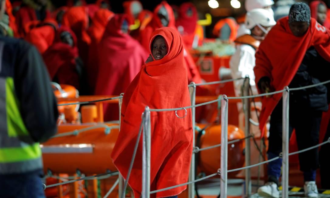 Criança imigrante é resgata de um barco e levada para o porto de Málaga, na Espanha Foto: JON NAZCA / Reuters