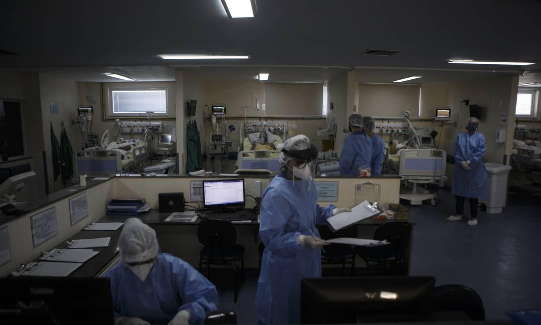 Médicos e enfermeiros na UTI do Pedro Ernesto Foto: Alexandre Cassiano / Agência O Globo