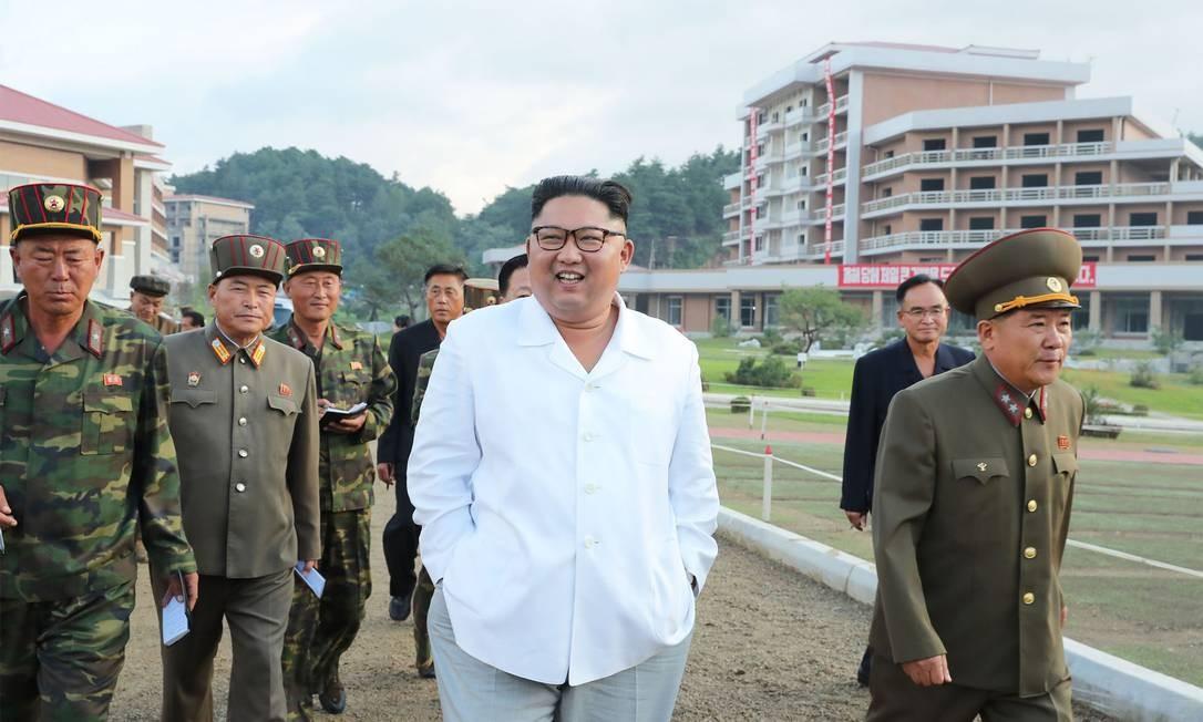 Ditador da Coreia do Norte, Kim Jong-un, ao lado de militares Foto: KCNA via AFP