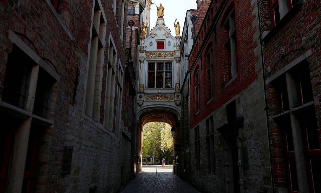 Uma bela e deserta rua na área histórica de Bruges Foto: Francois Lenoir / Reuters