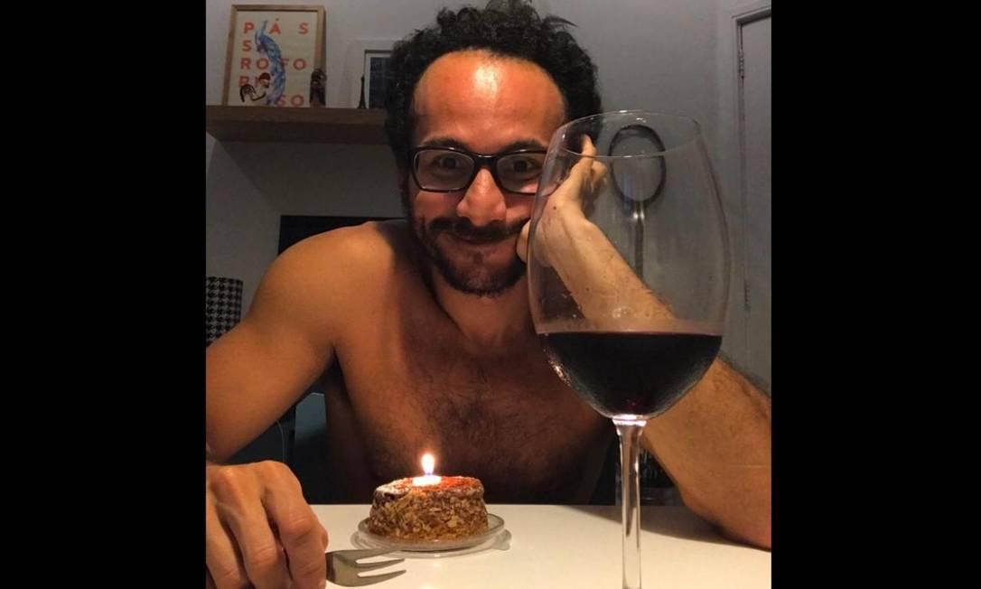 Servidor público Renne Barros passou o aniversário sozinho na quarentena aproveitando um dos vinhos comprados pela internet Foto: Arquivo pessoal