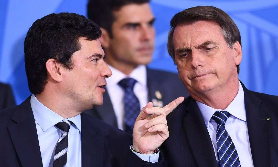 Moro e Bolsonaro conversam durante cerimômia em agosto de 2019, em Brasília Foto: Evaristo Sá / AFP