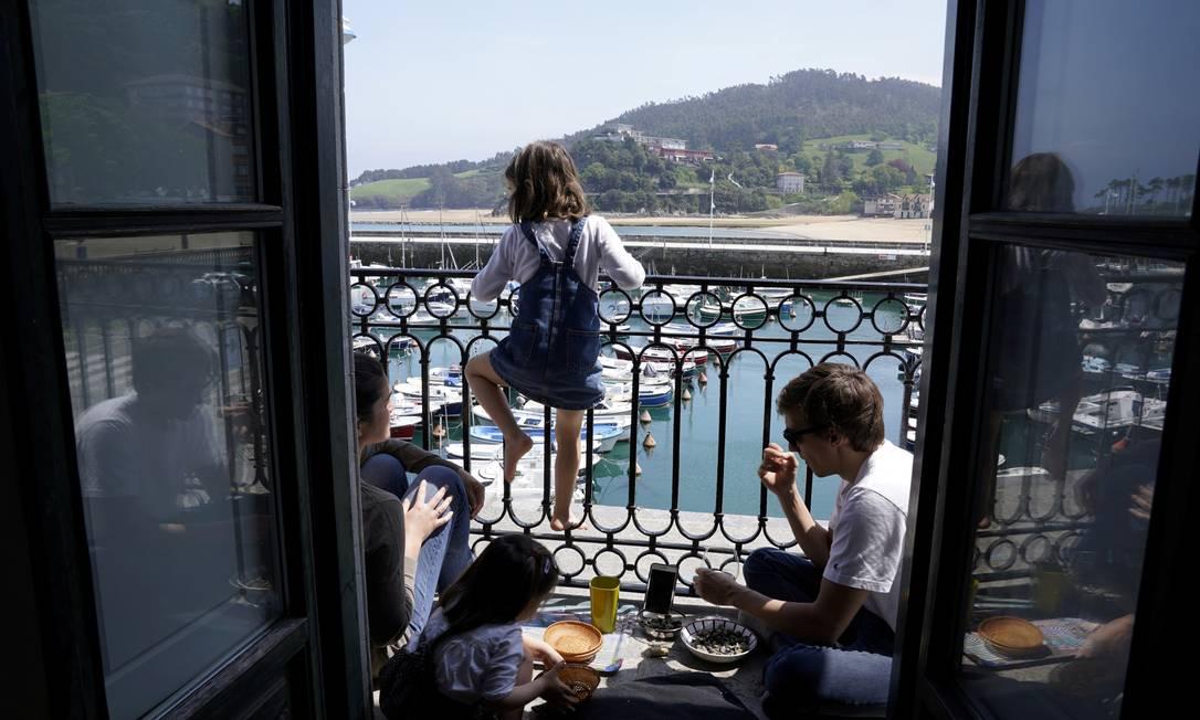 Família espanhola em quarentena na cidade de Lekeitio, na Espanha Foto: VINCENT WEST / REUTERS