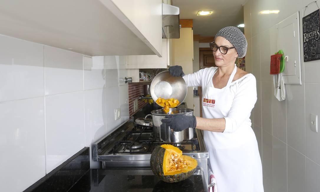 Cláudia Vasconcellos, dona de um bufê, passou a oferecer um cardápio de sopas para entrega. Foto: Agência O Globo