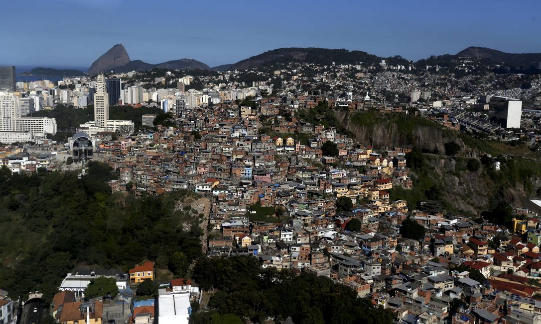 Sem assistência: No Morro da Providência, no Centro do Rio, onde dois moradores que tinham sintomas da Covid-19 morreram em casa, as famílias tiveram dificuldade para fazer a remoção dos corpos Foto: Custódio Coimbra / Agência O Globo