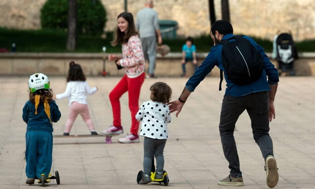 Crianças brincam ao ar livre em Valencia, na Espanha Foto: JOSE JORDAN / AFP