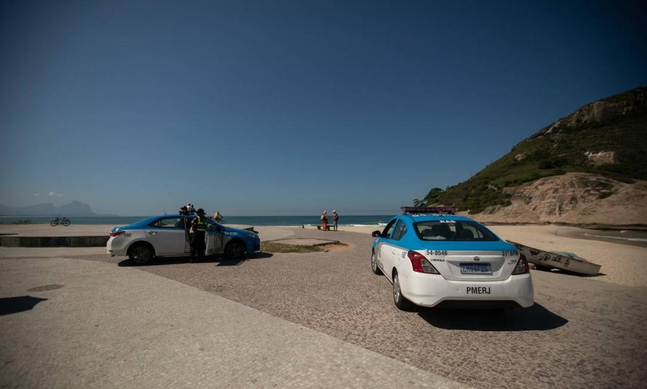 Policiais fiscalizam a Praia do Recreio Foto: BRENNO CARVALHO / Agência O Globo