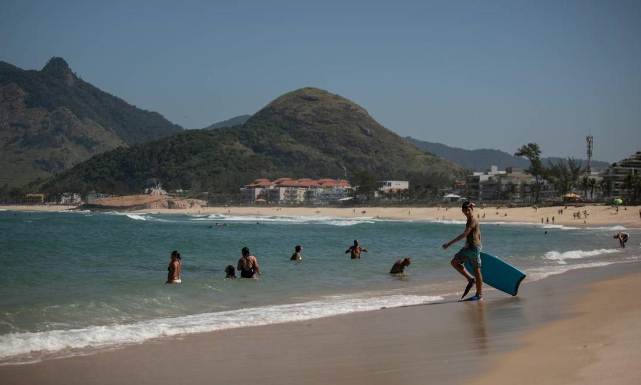 Em meio à quarentena por conta da pandemia de Covid-19, muitos cariocas ignoraram determinações de isolamento social e curtiram o domingo de sol nas praias da Zona Oeste. Na imagem, pessoas tomam banho de mar na Praia da Macumba Foto: BRENNO CARVALHO / Agência O Globo