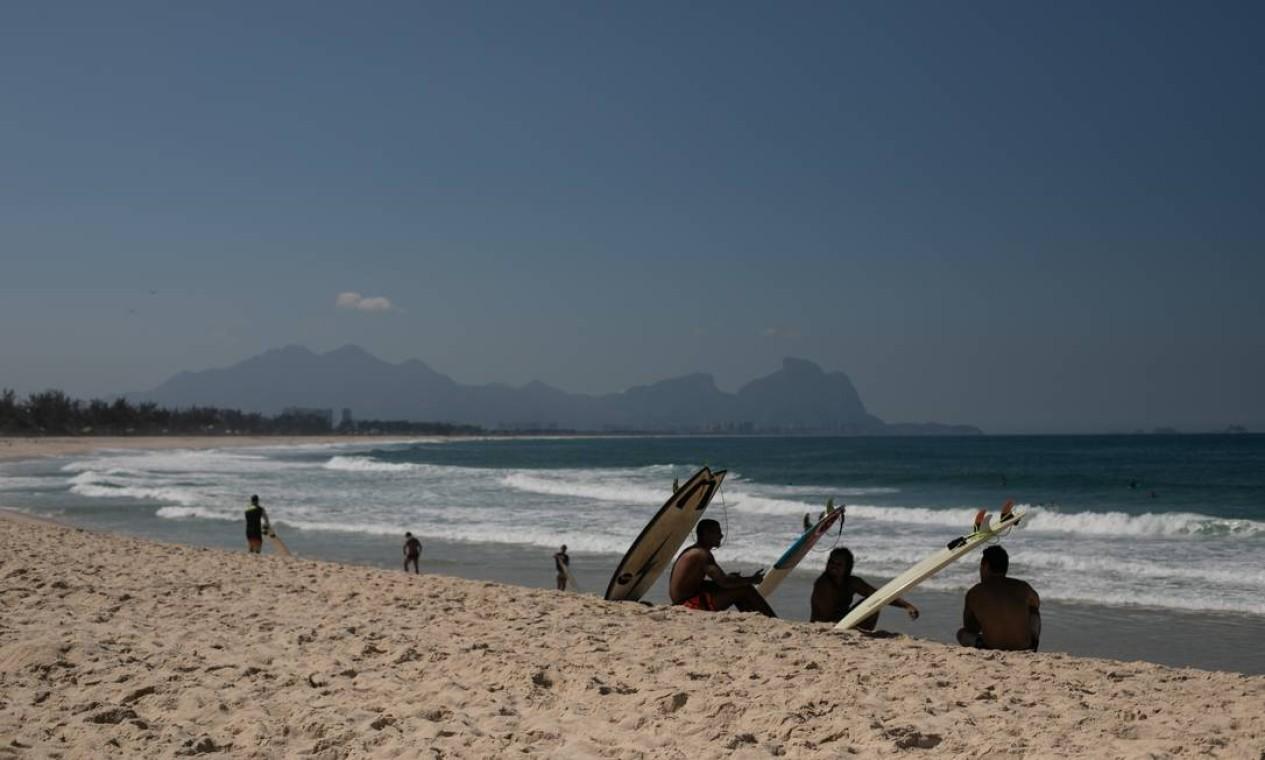 Surfistas na Praia do Recreio Foto: BRENNO CARVALHO / Agência O Globo