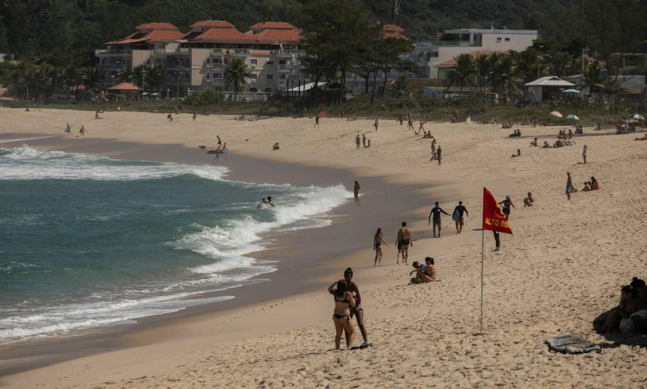 Praia da Macumba, com banhistas curtindo o domingo de sol em meio à quarentena Foto: BRENNO CARVALHO / Agência O Globo
