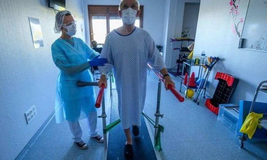Reabilitação de paciente de covid-19 na França; em alguns casos, os efeitos são de longo prazo Foto: Getty Images