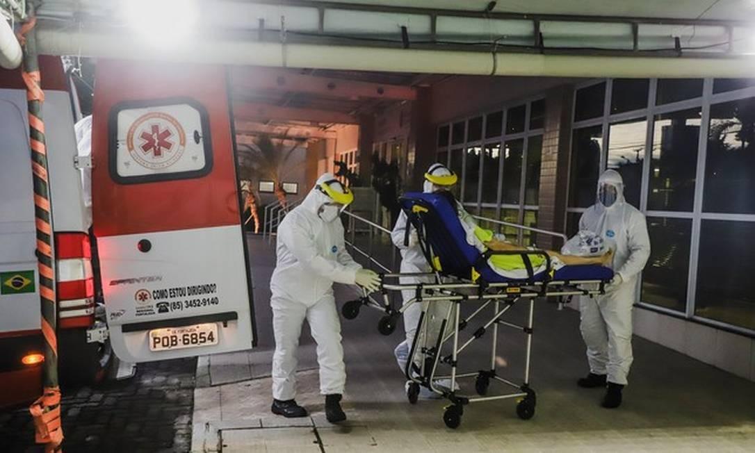 Paciente é levada para hospital em Fortaleza Foto: Mateus Dantas / Zimel Press