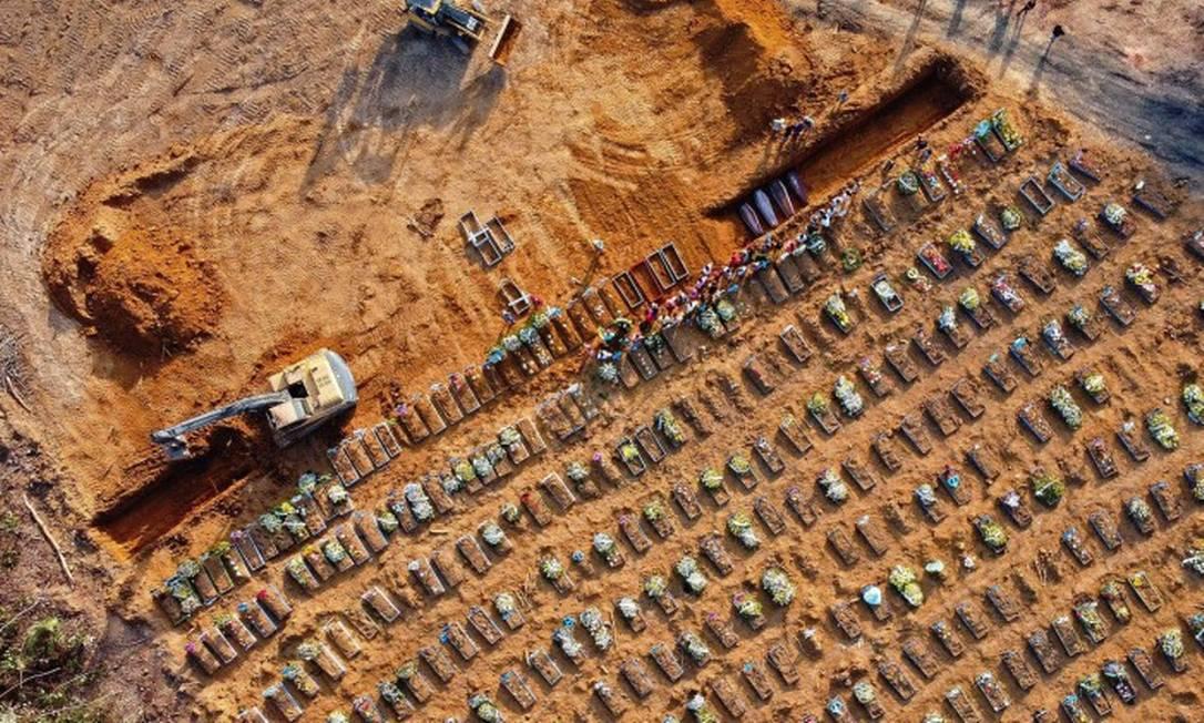Vista aérea de caixões sendo enterrados no cemitério Parque Taruma, em Manaus Foto: MICHAEL DANTAS / AFP / 21-04-2020