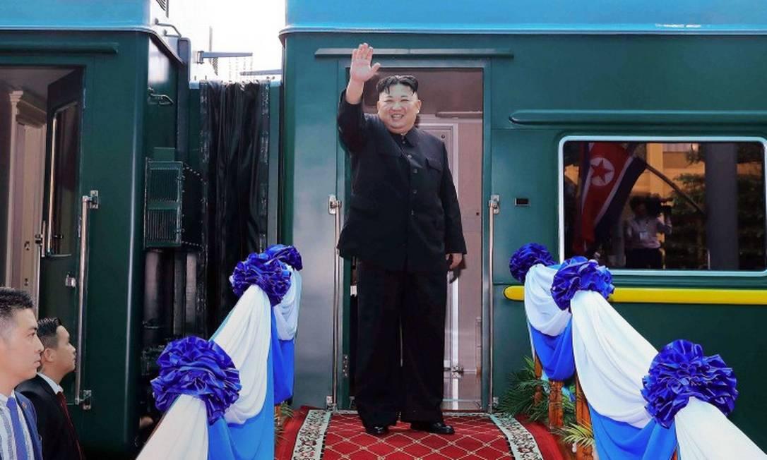 Kim Jong-un acena no lado de fora de trem que supostamente foi visto em imagens de satélite Foto: STR / AFP / 02-03-2020