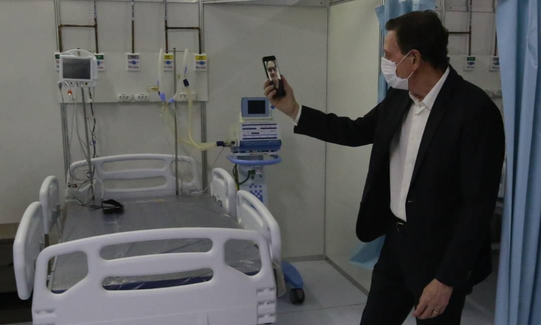 Prefeito Marcelo Crivella apresenta 20 primeiros respiradores do hospital de campanha do Riocentro Foto: Marcos de Paula / Agência O Globo