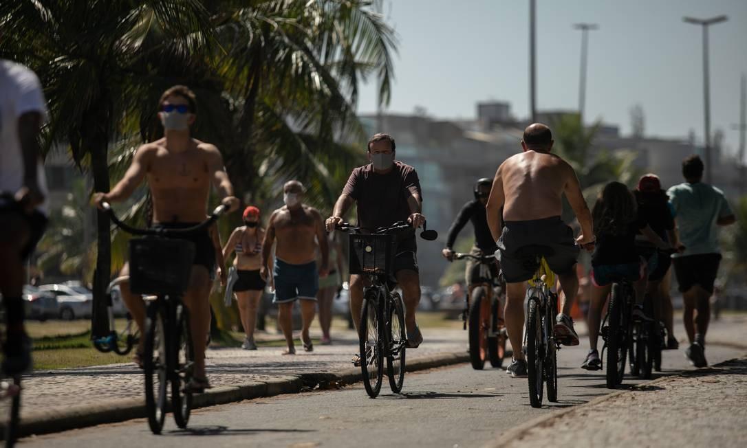 Aglomeração no calçadão da Praia do Recreio no dia 26 de abril de 2020 Foto: BRENNO CARVALHO / Agência O Globo