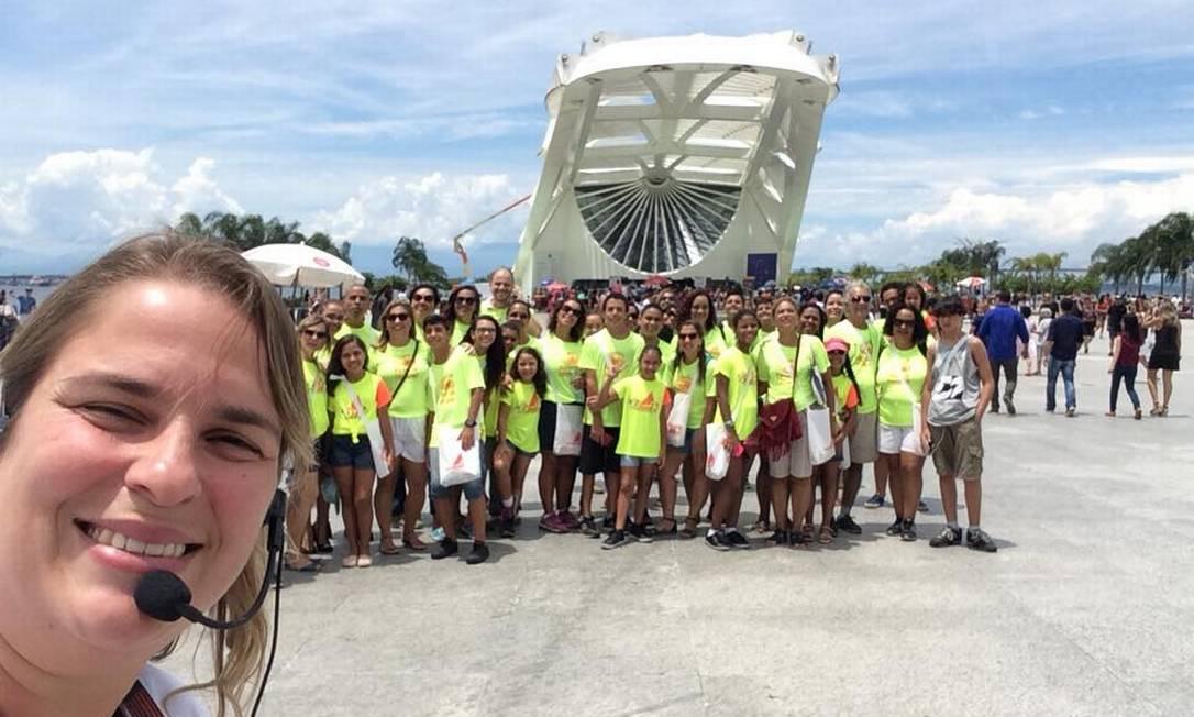 A guia de turismo Priscila Monteiro com um grupo de visitantes no Museu do Amanhã, quando suas atividades ainda não haviam sido suspensas por causa da Covid-19 Foto: Acervo pessoal