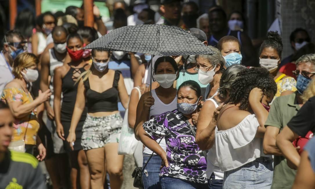 Fila na porta das agências da Caixa Econômica para sacar o dinheiro do auxílio emergencial Foto: Gabriel de Paiva / Agência O Globo