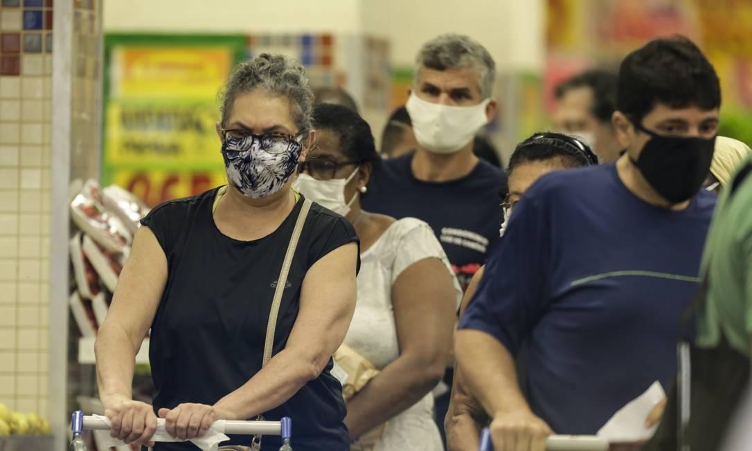 Cariocas aderem ao uso de máscaras em fila de supermercado, em Copacabana Foto: Gabriel de Paiva / Agência O Globo