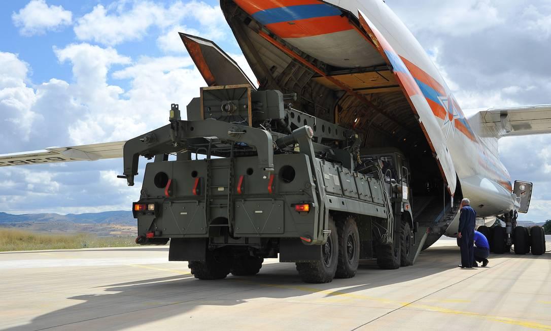 Avião de carga militar russo transporta sistema de defesa antimísseis S-400 da Rússia para a base aérea militar Murted, em Ancara Foto: HANDOUT / AFP/12-07-2019