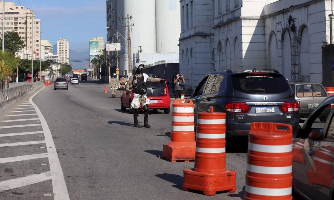 Barreira sanitária: agentes de segurança e trânsito fiscalizam entrada e saída da cidade na Avenida Feliciano Sodré Foto: Divulgação / Prefeitura de Niterói