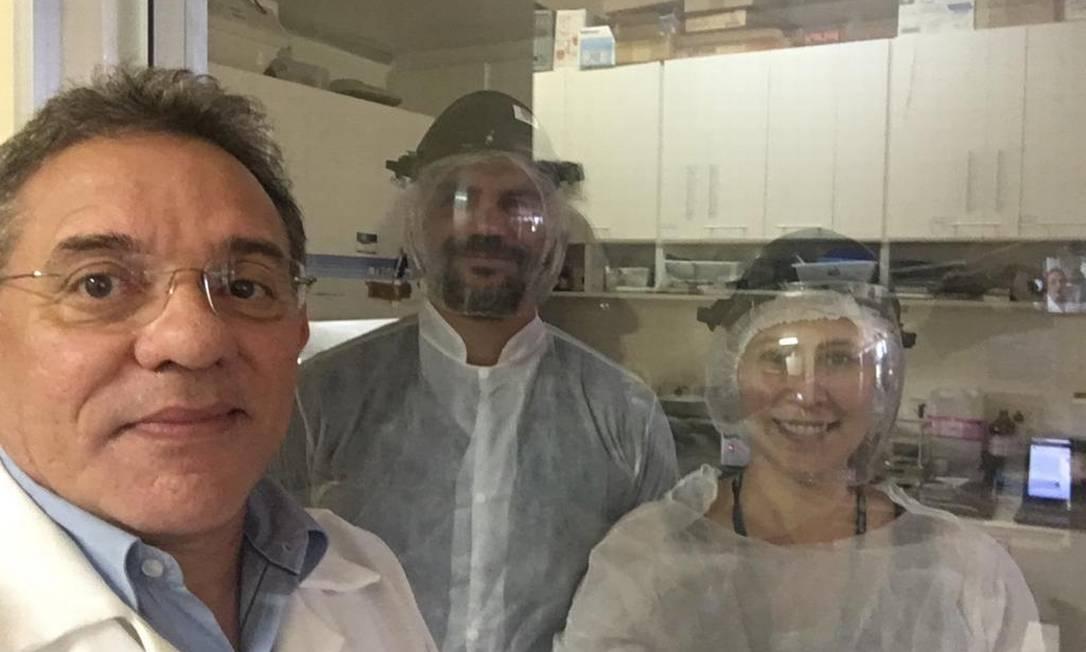Professor Eurico Arruda, junto com dois estudantes de pós-doutorado, Ronaldo Martins Junior e Marjorie Pontelli. Foto: Arquivo pessoal