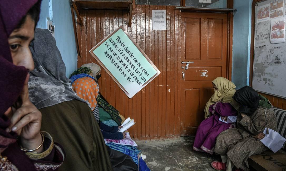 Fila para entrar em um consultório psiquiátrico em Caxemira: aumento significativo nos casos de suicídio é apenas uma das manifestações da crise na saúde mental da população Foto: ATUL LOKE / NYT