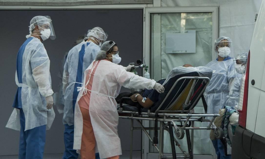 Pciente chega de maca para ser internado no hospital de campanha do Leblon Foto: Guito Moreto / Agência O Globo