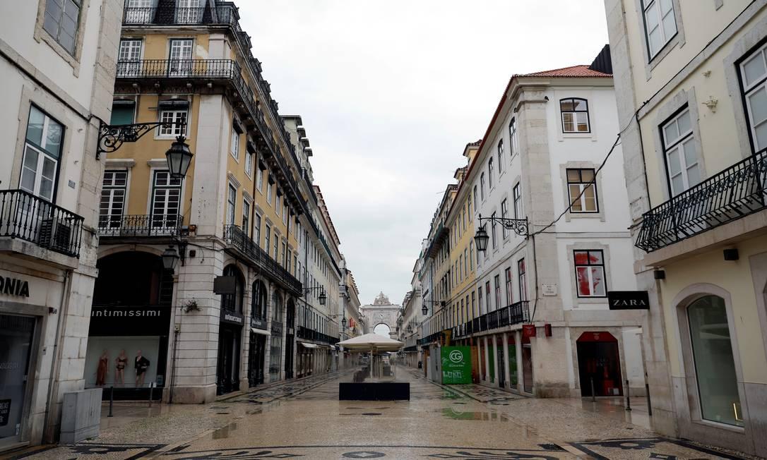Rua Augusta, a principal do bairro da Baixa, em Lisboa, totalmente vazia por causa no novo coronavírus Foto: Rafael Marchante / Reuters