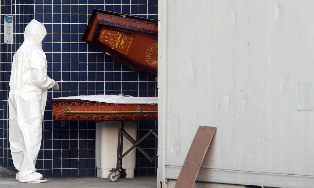 Agentes funerários chegam para pegar corpo no contêiner no Hospital Evandro Freire, na Ilha do Governador. Alguns hospitais do Rio estão usando contêiner frigotificos para ser usado como necrotério Foto: Fábio Motta / Agência O Globo