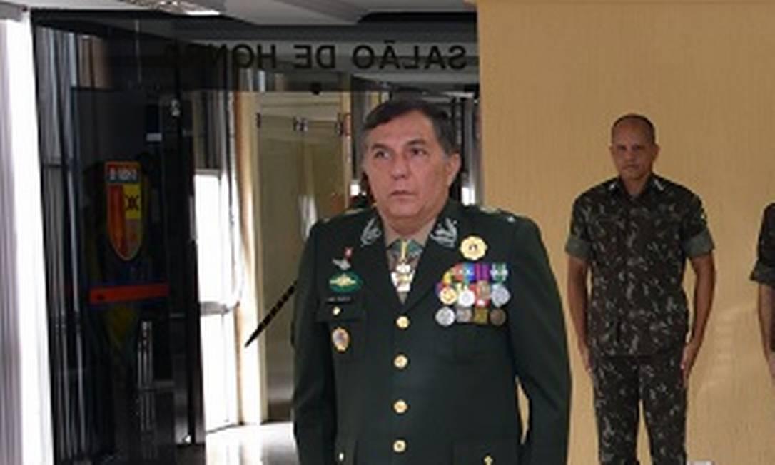 General Eugênio Pacelli Vieira Mota (à esquerda) na cerimônia de transmissão do cargo de diretor de Fiscalização de Produtos Controlados do Exército Foto: Divulgação/Exército