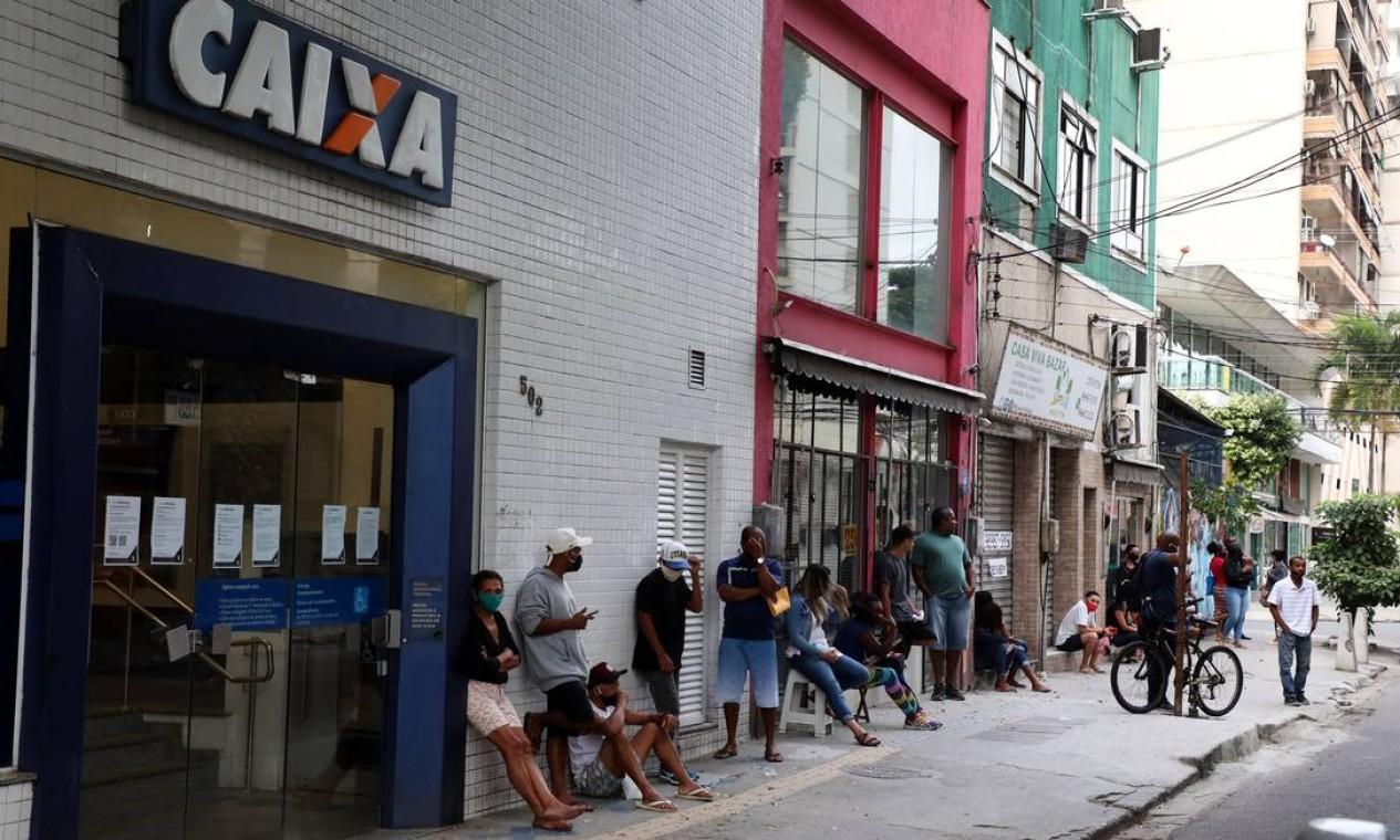 Cena se reperiu em cidades da Região Metropolitana, como Niterói. Agência da Caixa na Rua Lopes Trovão, em Icaraí Foto: FABIO MOTTA / Agência O Globo