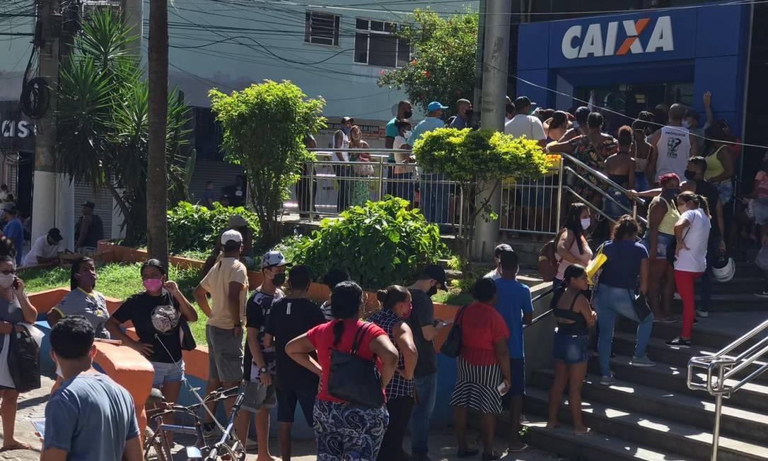 Em Itaboraí, mais aglomeração para sacar o benefício Foto: Roberto Moreyra / Agência O Globo