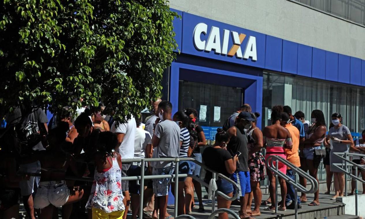 Fila na agência da Caixa na Rua Dias da Cruz, no Méier Foto: FABIO MOTTA / Agência O Globo