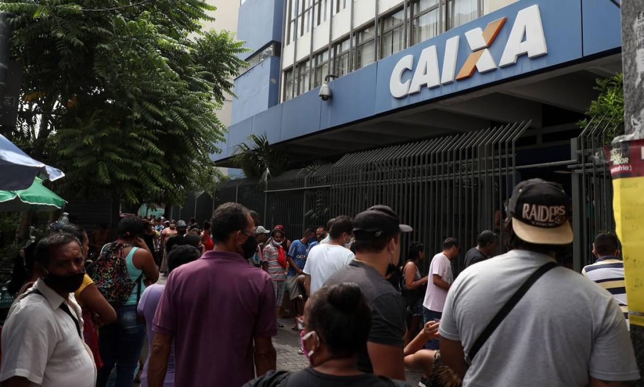 Em Bonsucesso, também na Zona Norte do Rio, uma grande fila com pessoas aglomeradas se formou para sacar o benefício Foto: FABIO MOTTA / Agência O Globo