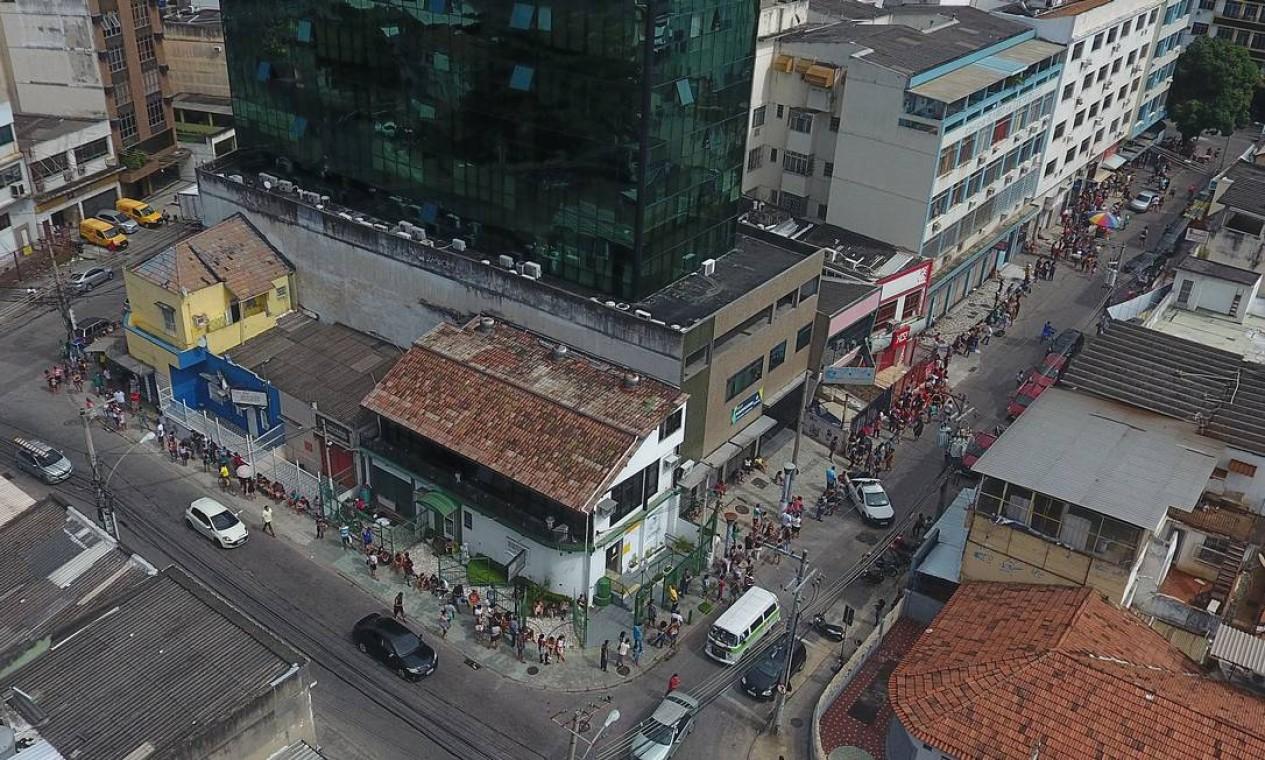 Fila em Bonsucesso, dando a volta no quarteirão Foto: FABIO MOTTA / Agência O Globo - 28/04/2020