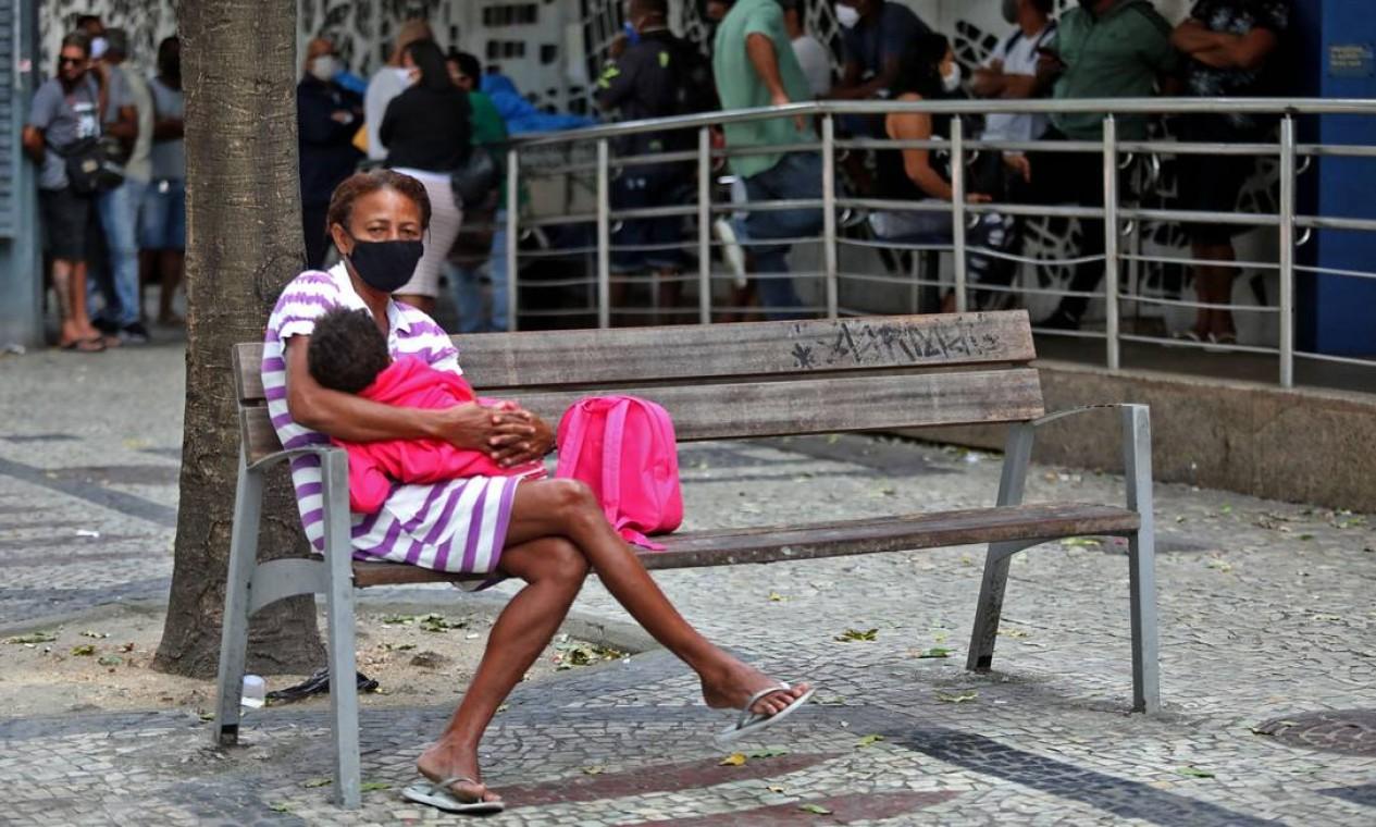 Fila para saque do benefício pago pela Caixa na Avenida Rio Branco, no Centro. Ao todo, benefício tem custo de R$ 590 bilhões até o fim do ano Foto: FABIO MOTTA / Agência O Globo - 28/04/2020