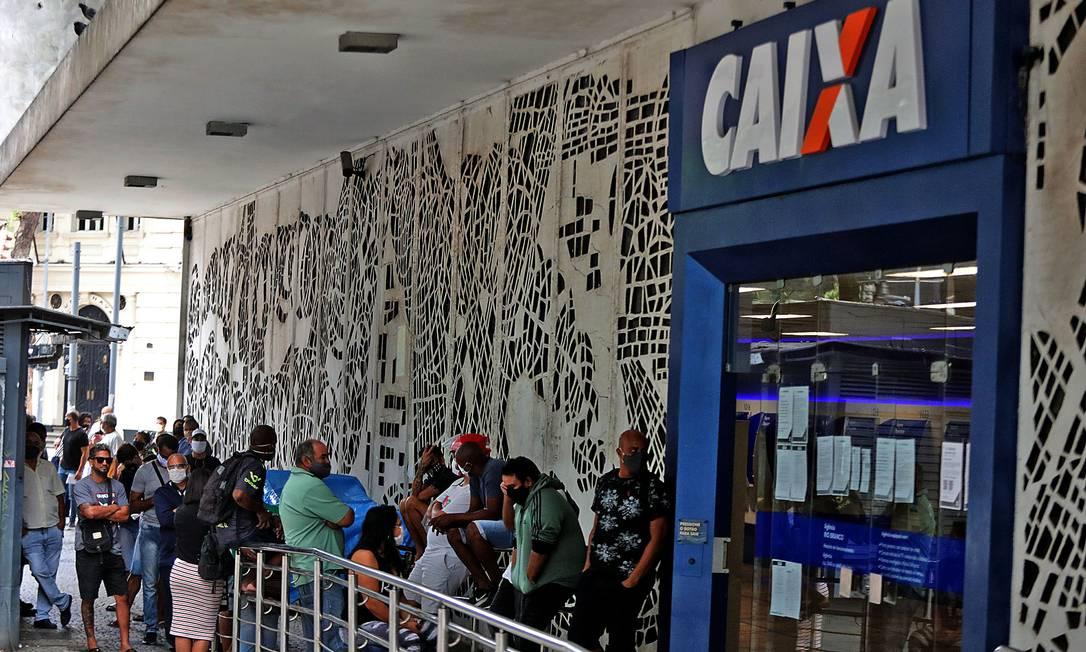 Pessoas de aglomeram em fila diante da agência da Avenida Rio Branco, no centro do Rio. Foto: FABIO MOTTA / Agência O Globo